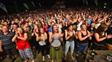 Menschenmasse vor der Freilichtbühne im Schlosspark Marburg (Foto: Georg Kronenberg)