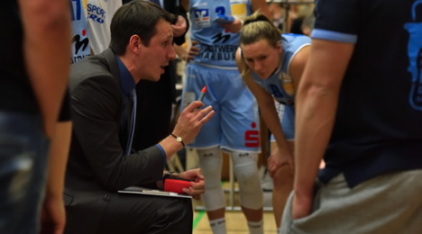 Coach Patrick Unger gibt Instruktionen (Foto: Georg Kronenberg)