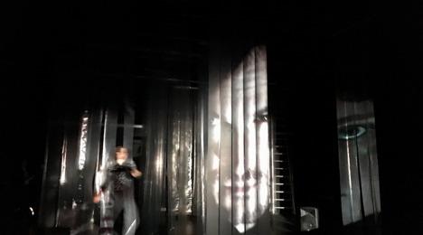 """""""..., fand er sich in seinem Bett zu einem ungeheueren Ungeziefer verwandelt."""" (Foto: Hessisches Landestheater Marburg)"""